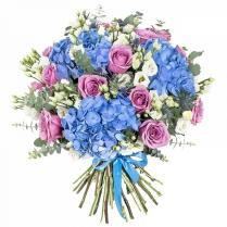 Букет с голубой гортензией и сиреневыми розами.