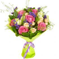 Букет розовых и белых роз с кустовыми розами